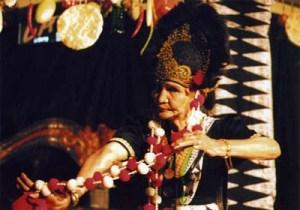 Pertunjukan Tari Topeng Rasinah dalam acara Temu Maestro Rasinah dan Jeihan di Cafe Toko You Bandung Jawa Barat tanggal ca. 2005