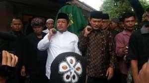 Layon Een Sukaesih digotong ku Gubernur Jawa Barat sareng Bupati Sumedang
