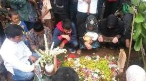 Makam Ibu Een Sukaesih